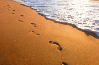 Притча про Бога и человека. Следы на песке